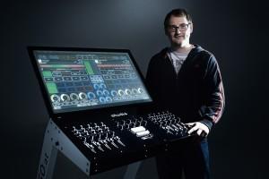 Johannes Strappler mit seinem TM-1 Multitouch Controller