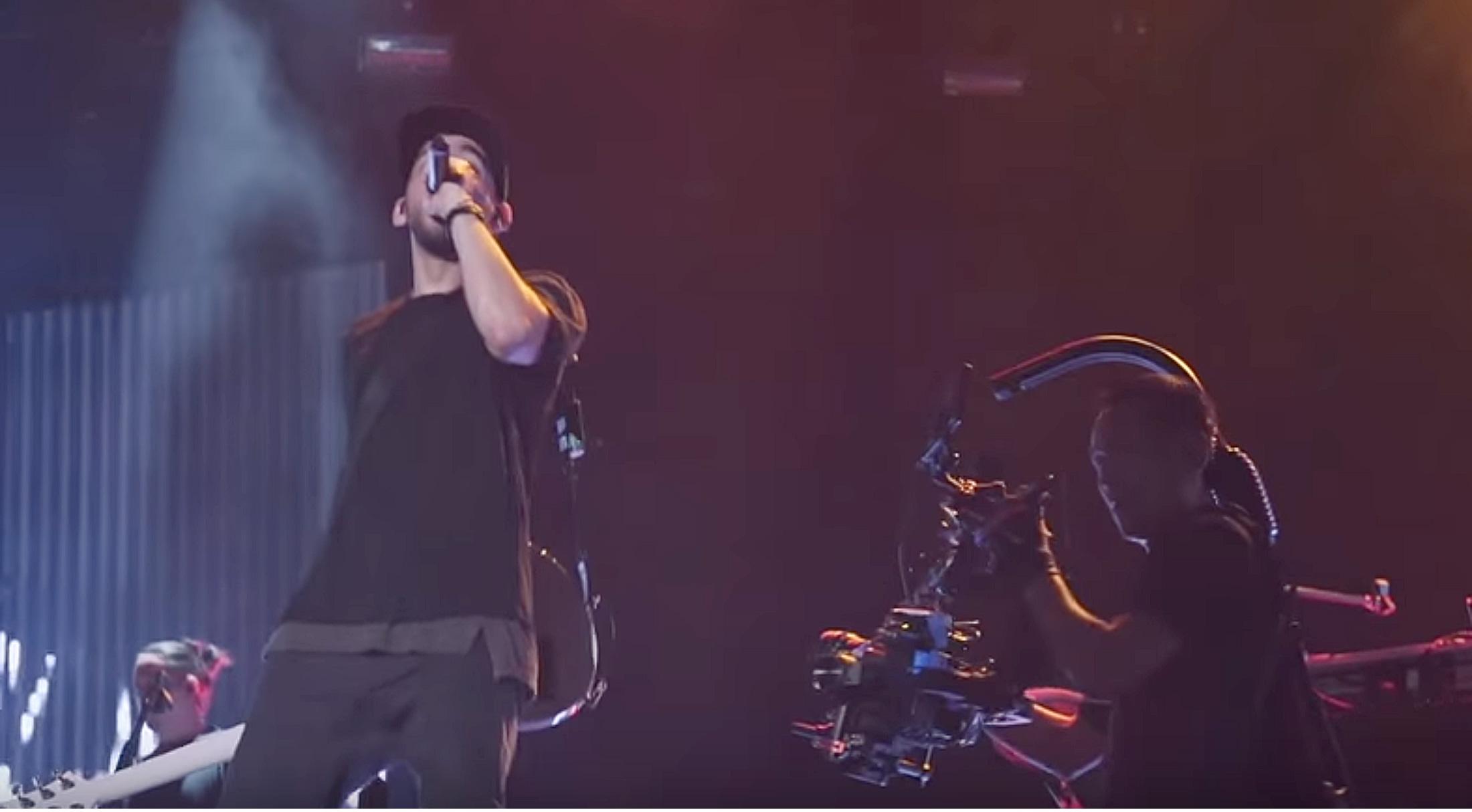 Der DJI Ronin filmt eine stabile Nahaufname von Mike Shinoda auf der Bühne [DJI Stories - Linkin Park:https://www.youtube.com/watch?v=P4ip5d5Y8Xk