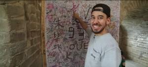 Der Linkin Park Sänger Mike Shinoda zeigt uns sein Autogramm auf der Chinesischen Mauer [DJI - Linkin Park Tour Diary: https://www.youtube.com/watch?v=U-B1wTCYLVc]